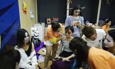 为环球雅思万圣节扮鬼扮马活动提供化妆造型