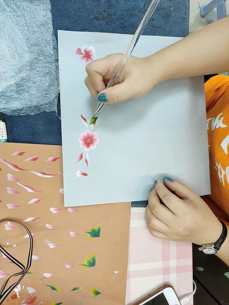 美甲培训班学员排笔彩绘练习