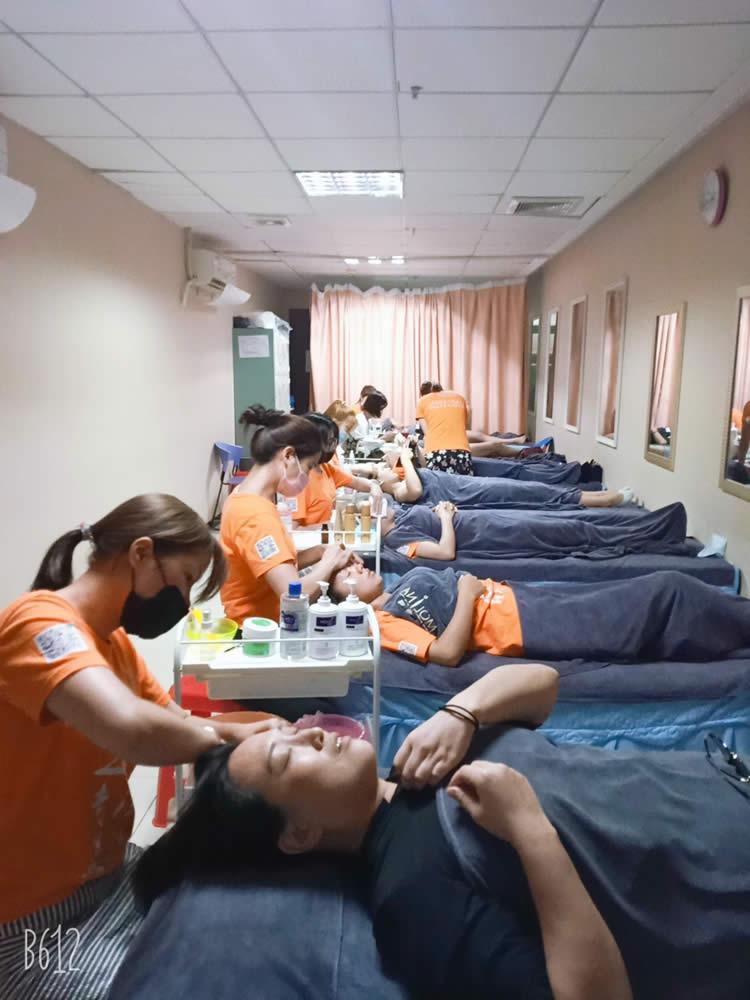 珠海导航美容培训班学员全体洗脸实操,这是美容基础培训先从洗脸手法开始。