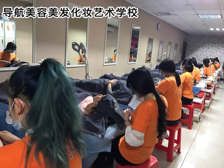 珠海美容培训学校,导航美容培训班课堂真人实操,为客户洗脸