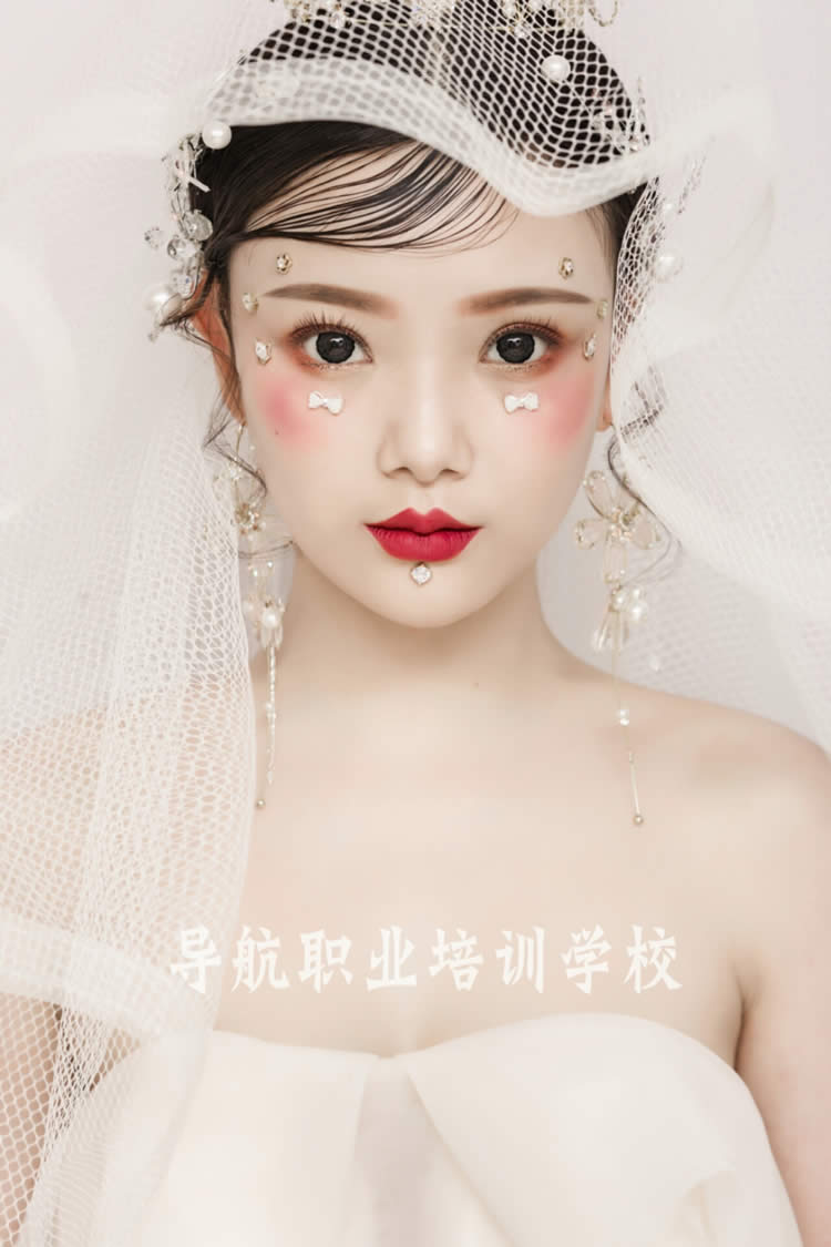 时尚白纱创意新娘妆